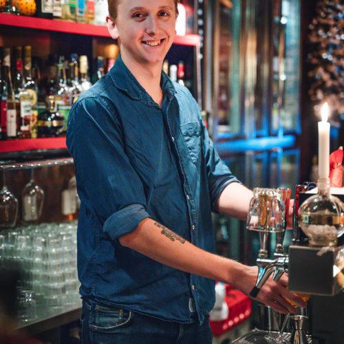 Bartender häller upp en dryck