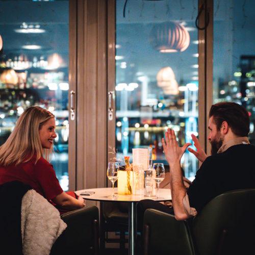 Par äter middag